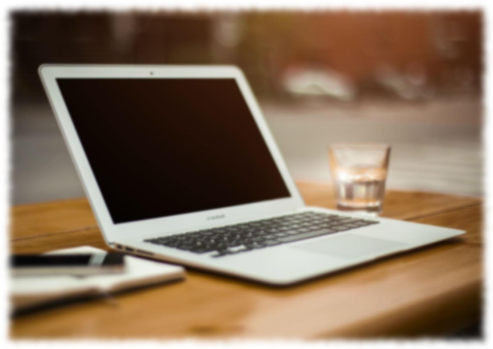 パソコンとコップ
