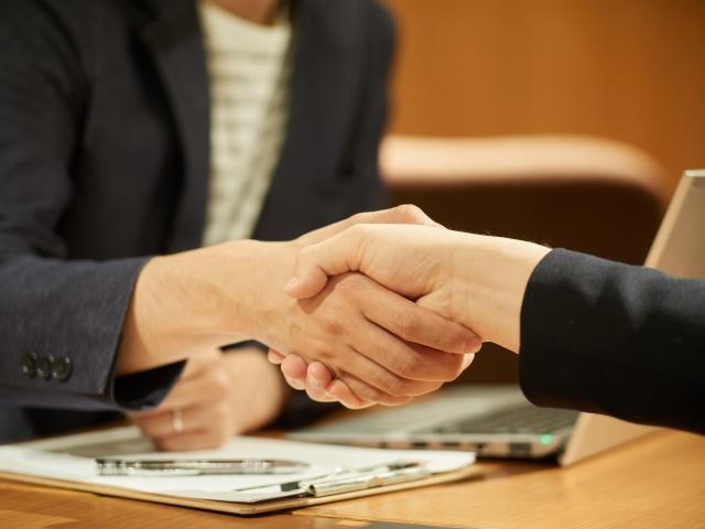 握手をする人
