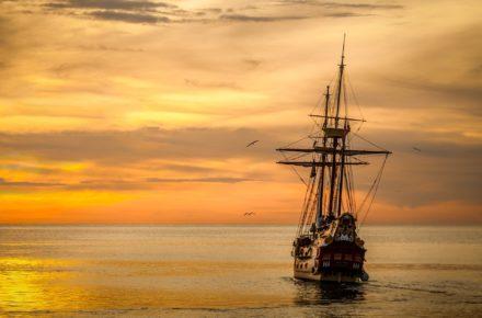 海の上を走る船